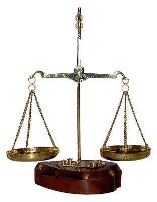 """Нам даны обыкновенные весы. .  Вот такие.  Вопрос: Как за два взвешивания определить эту  """"тяжелую """"..."""